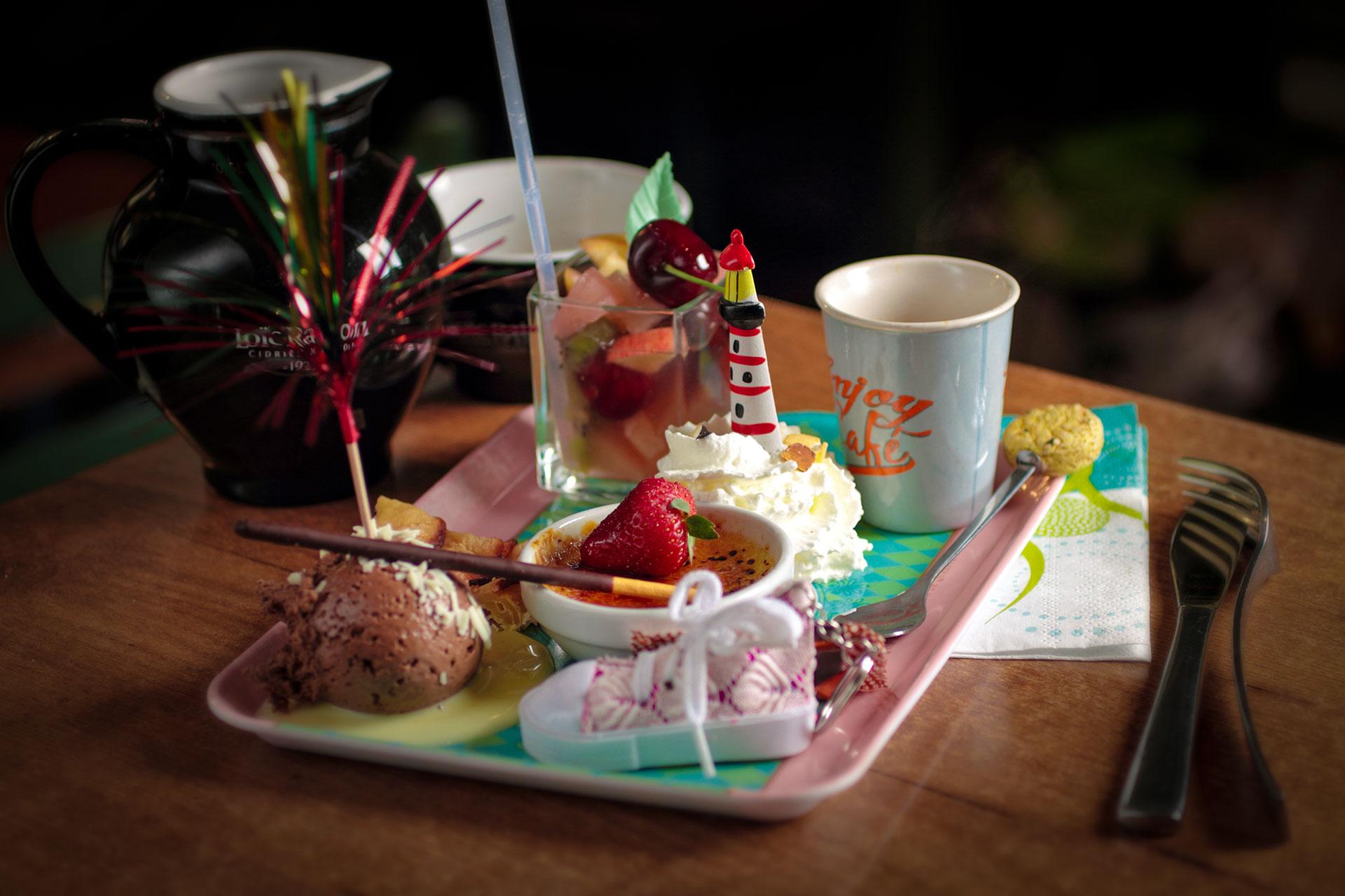 Café gourmand avec des gâteaux et verrines maison